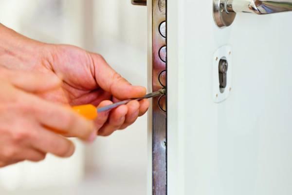 Замена замка пластиковой двери